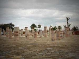 a-rabat-les-piliers-en-ruine-de-la-mosquée