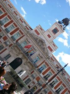 la-plaza-del-sol-de-madrid-est-le-lieu-de-rendez-vous-de-toute-la-ville