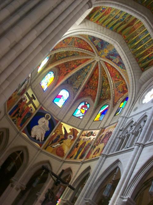 l'interieur-de-la-cathedrale-almudena-a-madrid-est-tres-jolie
