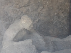 Observer-les-corps-ensevelis-a-pompei