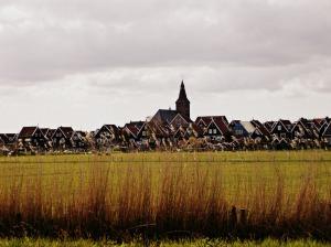 au-loin-le-village-a-l-air-tres-joli
