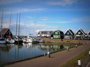 Une-jolie-vue-du-port-de-marken-et-de-quelques-maisons