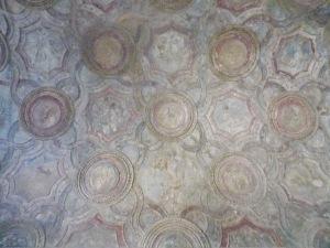 Très-joli-plafond-des-thermes-de-pompéi